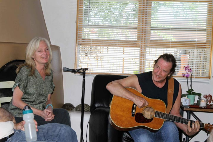 Susanne-Marie-with-guitarist